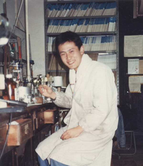 1988年12月、東京大学有機化学研究室で最終化合物の合成に成功したときの東原さん。※画像提供:東原和成