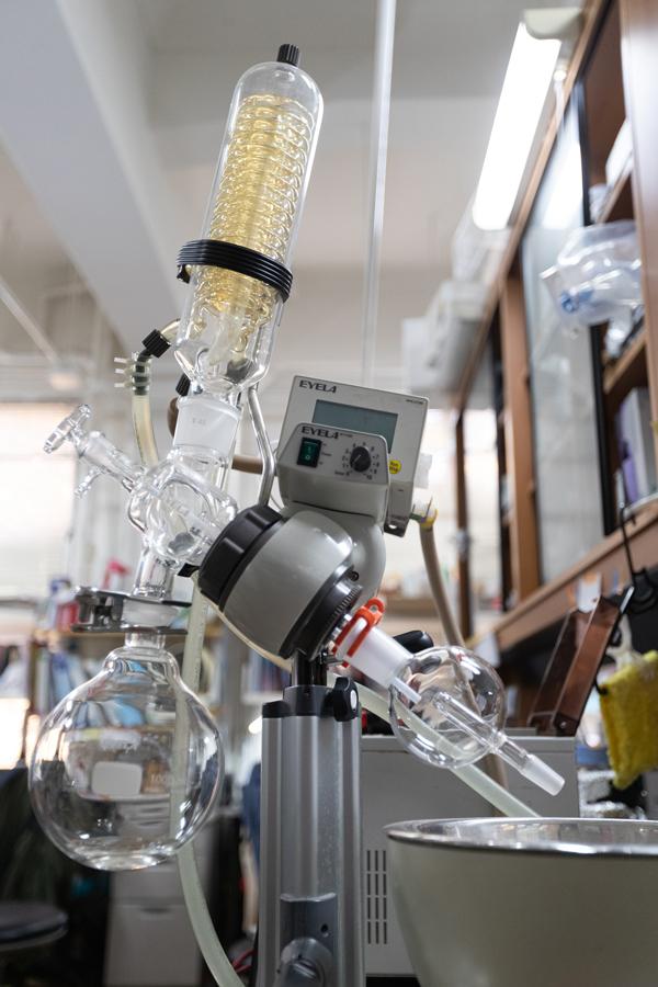 香りを濃縮するための実験器具。空気中にはたくさんの匂い分子が漂っていて、空気から集めて濃縮することで匂いを抽出できる。 ※資料提供:東原和成