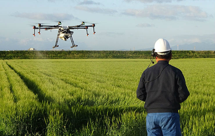 ドローンのパイロットをシェアし、農家がいつでも作業を委託できるサービス「DRONE CONNECT」には、作物や農薬に関する知識を持つドローン操作の熟練のプロが登録している。写真はドローンを操縦するパイロット。※画像提供:株式会社オプティム
