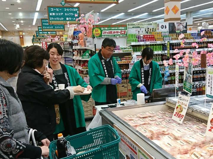 地元スーパーでの試食会。地域の消費者の声を製品開発につなげていく。※画像提供:庄内スマート・テロワール推進協議会事務局
