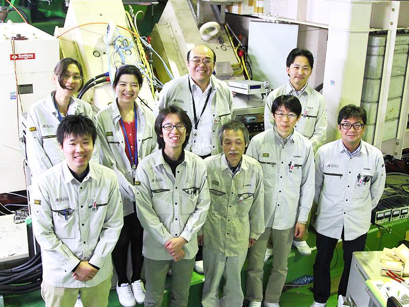 新元素発見に挑む森田さん(上段左から3番目)と研究当時の森田グループのスタッフの皆さん。1列目右端が羽場さん、その左隣が森本さん。※画像提供:理化学研究所