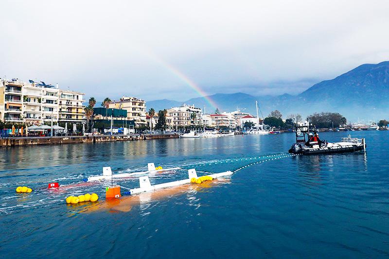 人類未到の海底探査レース「Shell Ocean Discovery XPRIZE」に挑んだTeam KUROSHIOのロボットたち。写真は本番前のギリシャ・カラマタ港におけるテスト航行の様子。 ※画像提供:Team KUROSHIO