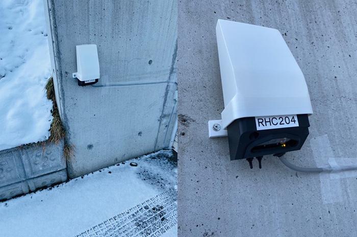 北海道大学の構内で実験中。内蔵されたカメラで路面を撮影、積雪の状況を判断する(川村教授提供)