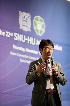 22nd SNU-HU Joint Symposium 2019で基調講演する北海道大学大学院情報科学研究院の川村秀憲教授(2019年11月、韓国・ソウル、川村教授提供)