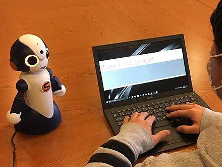 人はロボットに褒められても伸びる 運動技能習得で効果