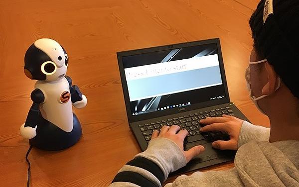 ロボットを使った実験の様子(筑波大学提供)