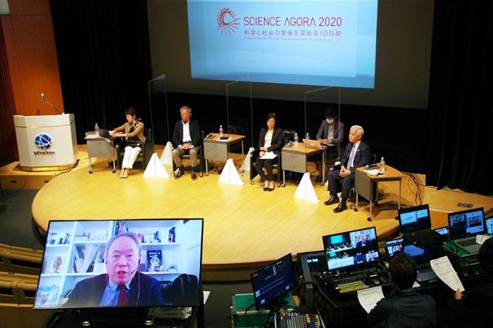 開幕セッション。登壇者は配信会場からとオンラインの2つの方法で参加した=15日、東京都江東区の日本科学未来館