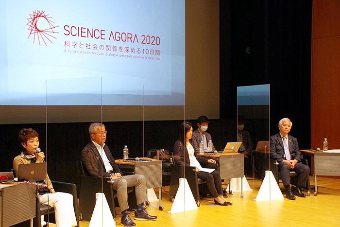 開幕セッションのディスカッション。科学技術のあり方や未来の社会像をめぐり議論を重ねた=15日、東京都江東区の日本科学未来館