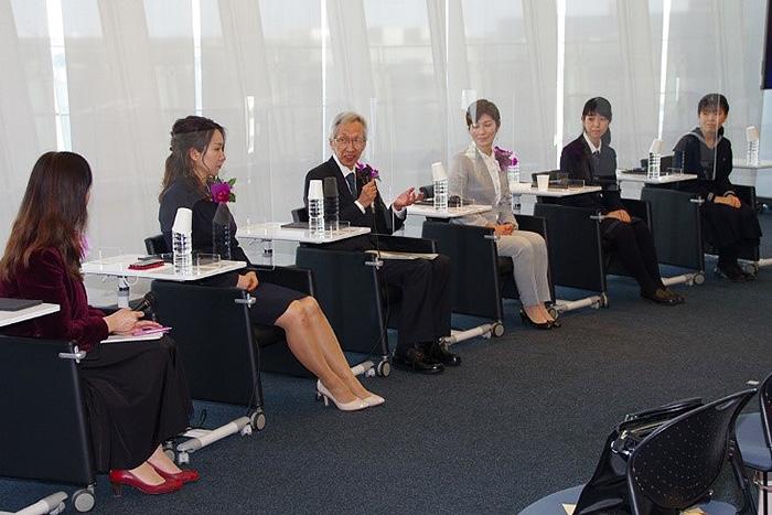 「輝く女性研究者賞(ジュン アシダ賞)」表彰式に続き、受賞者や高校生らが登壇して開かれたトークセッション=15日、東京都江東区の日本科学未来館
