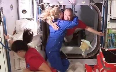 ISSに到着し、滞在中の米国人飛行士から歓迎される野口さん(NASAテレビから)