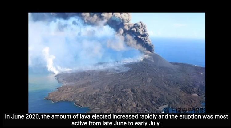 東京大学地震研究所によるオンデマンド企画「西之島の最新情報-急成長する火山島-」一場面。今年の6月に噴煙を上げる小笠原諸島の西之島(東大地震研究所提供)