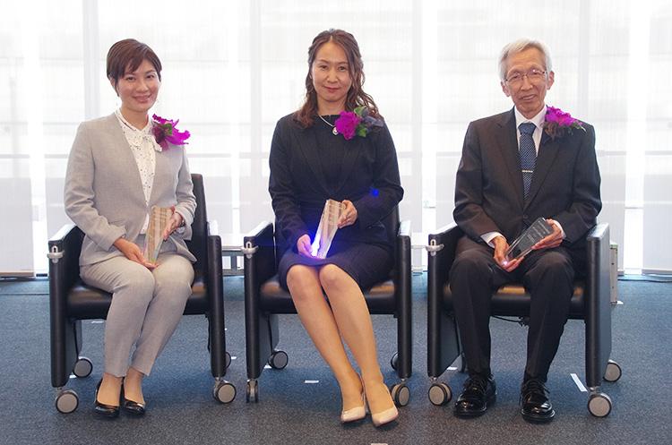 賞牌を手にする3人の受賞者。左から星野歩子さん、坂井南美さん、平塚浩士さん