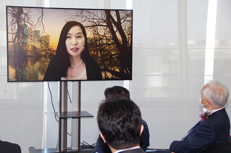 選考委員長の鳥居啓子さん(米国よりオンラインで参加)