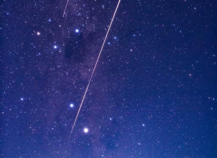 カプセルが大気圏に突入し、落下する際に描いた光跡=6日未明、オーストラリア南部(JAXA提供)