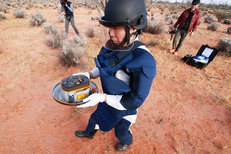 回収されたカプセル=6日午前、オーストラリア南部・ウーメラ砂漠(JAXA提供)