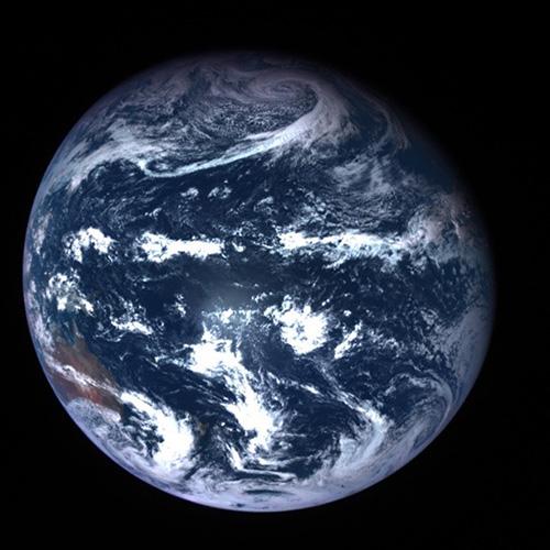 「ただいま、そして、さよなら!」はやぶさ2が撮影した地球=6日午前8時50分(JAXA、東京大など提供)