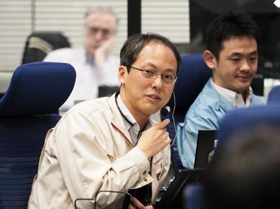 第1回着地に向け、探査機の降下中に指揮を執る津田さん=2019年2月(JAXA提供)
