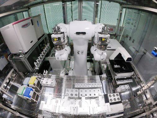 ヒト型ロボットとAIを組み合わせた自律培養実験システム(理化学研究所提供)