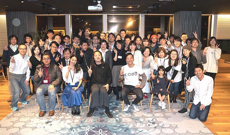 コード・フォー・ジャパンのメンバーと台湾デジタル担当大臣オードリー・タンさん(最前列中央)、関さん(右)。(写真提供:関治之)