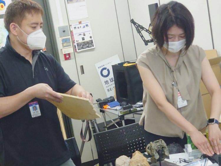 芝原暁彦さん(左)とCoSTEP有志の会は、何十種類もの岩石をテストした