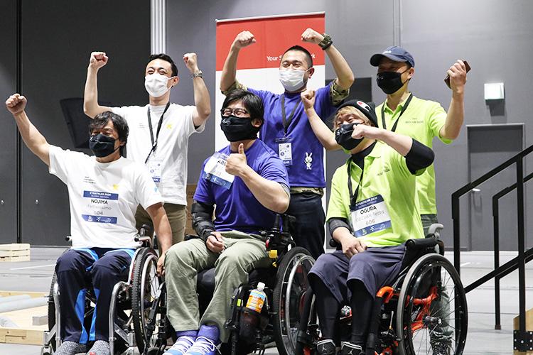 競技を終え、ガッツポーズを披露した3チームの面々(左から慶應義塾大学、千葉工業大学、大阪電気通信大学)