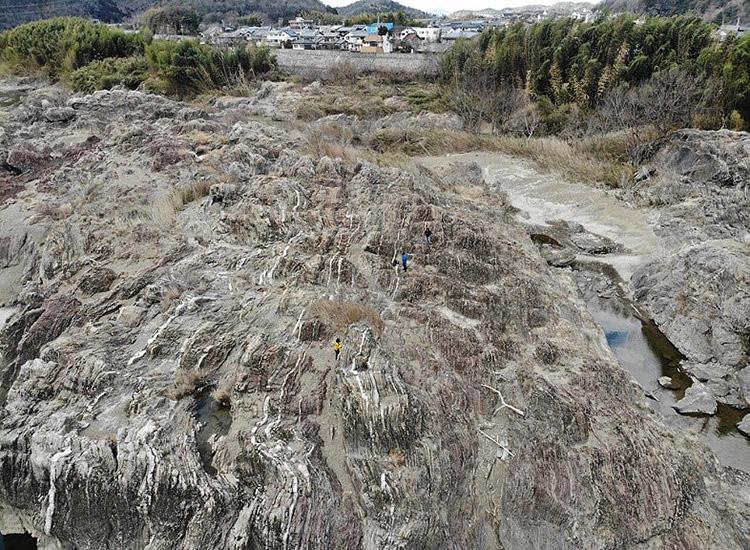 木曽川岸に連なるチャート。左ほど新しい年代のもの=岐阜県坂祝町(九州大学提供)