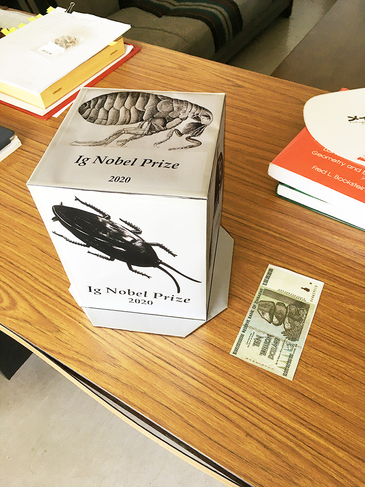 メールで送られてきたPDFファイルを印刷して組み立てられた賞品。※画像提供:西村 剛