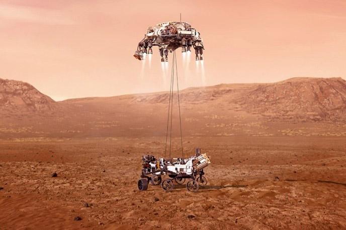 パーシビアランスの火星着陸の想像図。「スカイクレーン」(上)がゆっくり降下し、吊り下げた探査車を地表に降ろす(NASA提供)