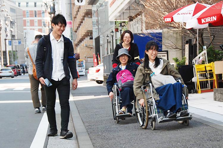 「街歩きイベントでは、健常者の参加者も車いすに乗る体験をする」(写真提供:WheeLog)