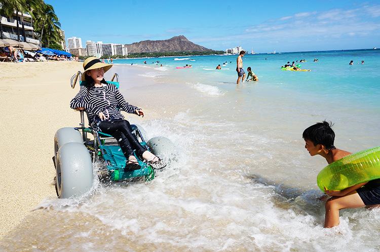 車いすで遊べる海もある(織田さんとお子さん)(写真提供:WheeLog)