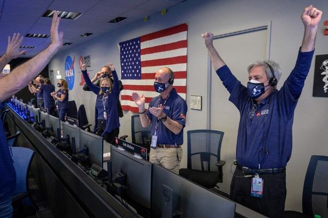 パーシビアランスの着陸成功を確認し喜ぶ管制担当者ら(ビル・インガルス氏撮影、NASA提供)
