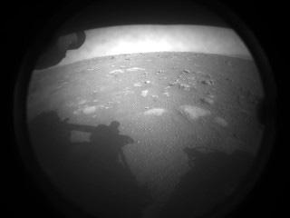 パーシビアランスが着陸後、初めて撮影し送信した火星の地表の様子(NASA提供)
