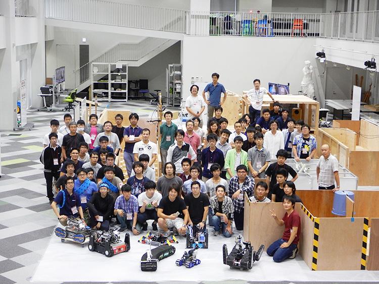 田所さんはロボカップ日本委員会フェローとしてロボカップにも精力的に関わっている。写真はロボカップレスキュー実機リーグサマーキャンプ2016の参加者のみなさん(画像提供:国際レスキューシステム研究機構)