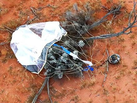 オーストラリアの砂漠地帯に着地した「はやぶさ2」のカプセルとパラシュート=昨年12月6日(JAXA提供)