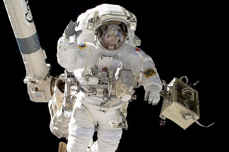 船外活動を行う宇宙飛行士の星出彰彦さん=2012年(JAXA、NASA提供)