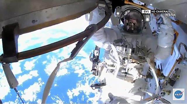 船外活動を始めた野口聡一さん=日本時間5日午後9時ごろ(NASAテレビから)