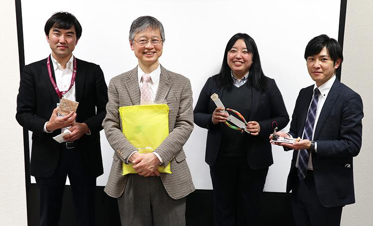 「減災どこでも理科実験パッケージ」の実験キットを手にするSECのメンバー。左から大﨑章弘さん、千葉和義さん、貞光千春さん、里浩彰さん