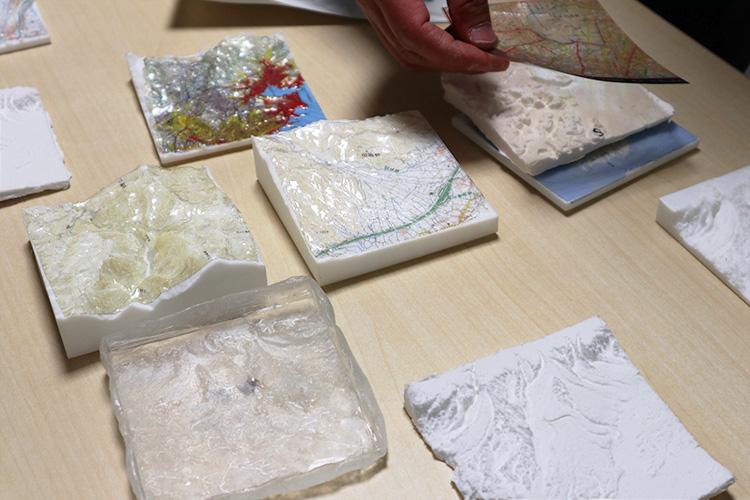 3Dプリンターで出力された地形を鋳型として作った紙粘土の立体模型
