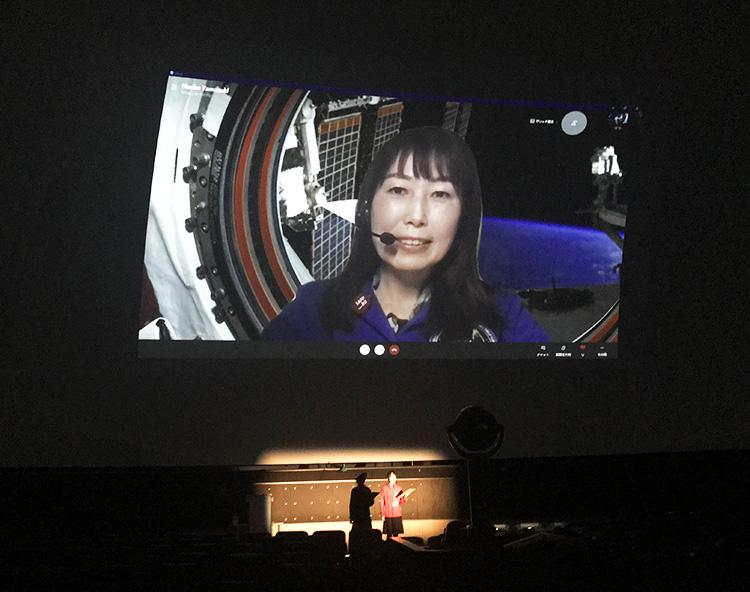 講演は札幌と、東京の山崎さんとをオンラインでつないで行われた