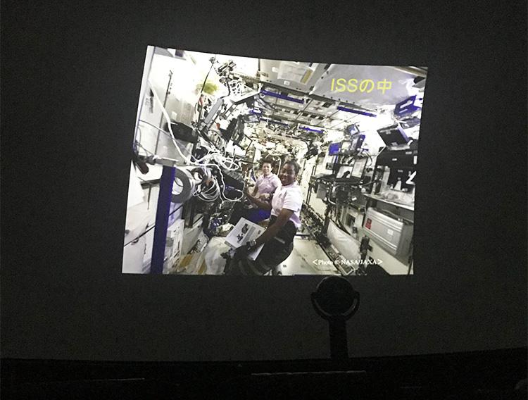 山崎さんが滞在したISS内部の様子。無重力空間で浮かばないよう、作業に必要な道具や器具は壁に固定されている