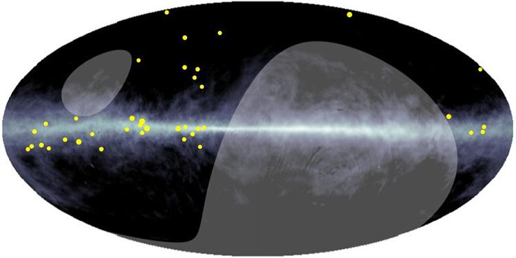 高エネルギーガンマ線(黄色い点)が天の川に沿って23個観測された。灰色の領域はチベットから観測できない(チベットASγ実験グループ、HEASARC、LAMBDA、NASA、GFSC提供)