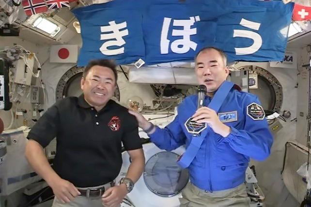 会見する星出さん(左)と野口さん=4月26日(NASAテレビから)