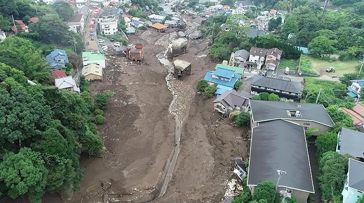 画像1:国土地理院がドローンで撮影した動画のうち一画面。土石流が家屋をのみ込んだ跡が分かる(国土地理院提供)