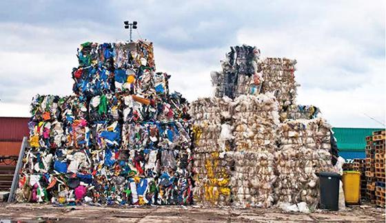 地球環境戦略研究機関(IGES)がまとめたプラスチックごみに関する報告書の表紙に使用されたプラごみの山(IGES提供)