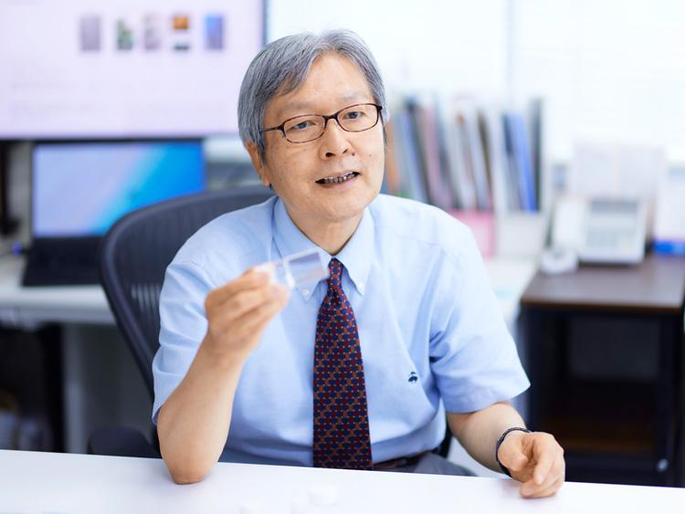 セルロースナノファイバーについて説明する、東京大学大学院農学生命科学研究科教授の磯貝明さん