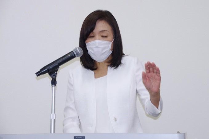 日本科学未来館内で記者会見する浅川智恵子館長