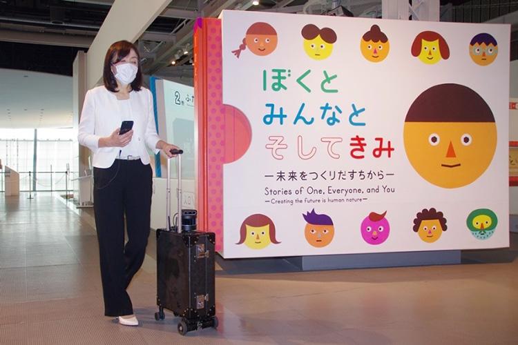 AIスーツケースを実演する浅川氏(25日、日本科学未来館で)
