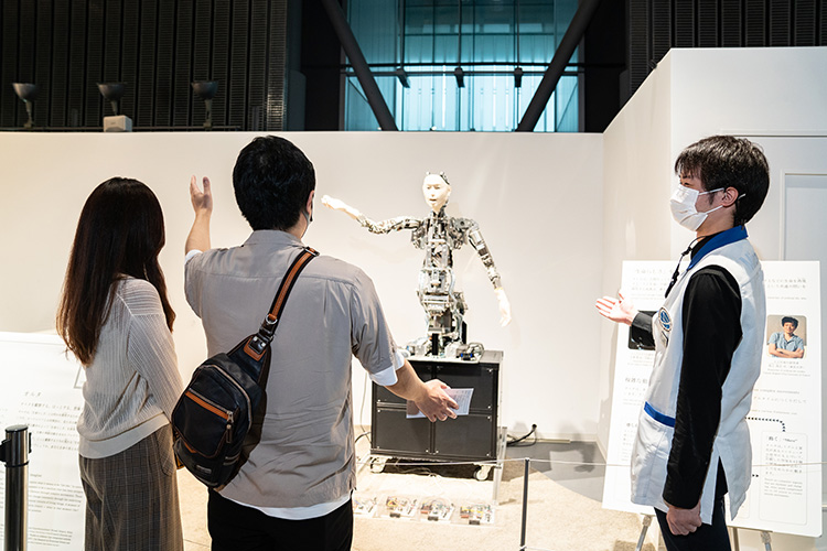人の動きを模倣するオルタ。開発者、石黒浩教授が研究代表者をつとめる「対話知能学プロジェクト」は館内の研究エリアにも拠点を構える。