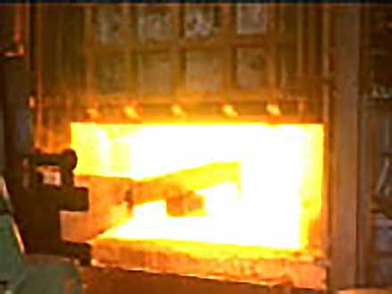 """匠の息吹を伝える〜""""絶対""""なき技術の伝承〜 (87)炉の寿命を支える築炉工〜工業用炉の補修〜"""