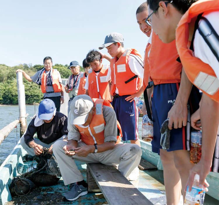 アドバイザーの小島さんとともに猪鼻湖に設置した鉄デバイスの効果を、経過を追いながら確認